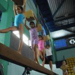 Esta práctica mejora la coordinación del cuerpo, el equilibrio y las habilidades motoras.