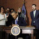 Momento en el que Obama firma el presupuesto para 2014, aprobado por los legisladores.
