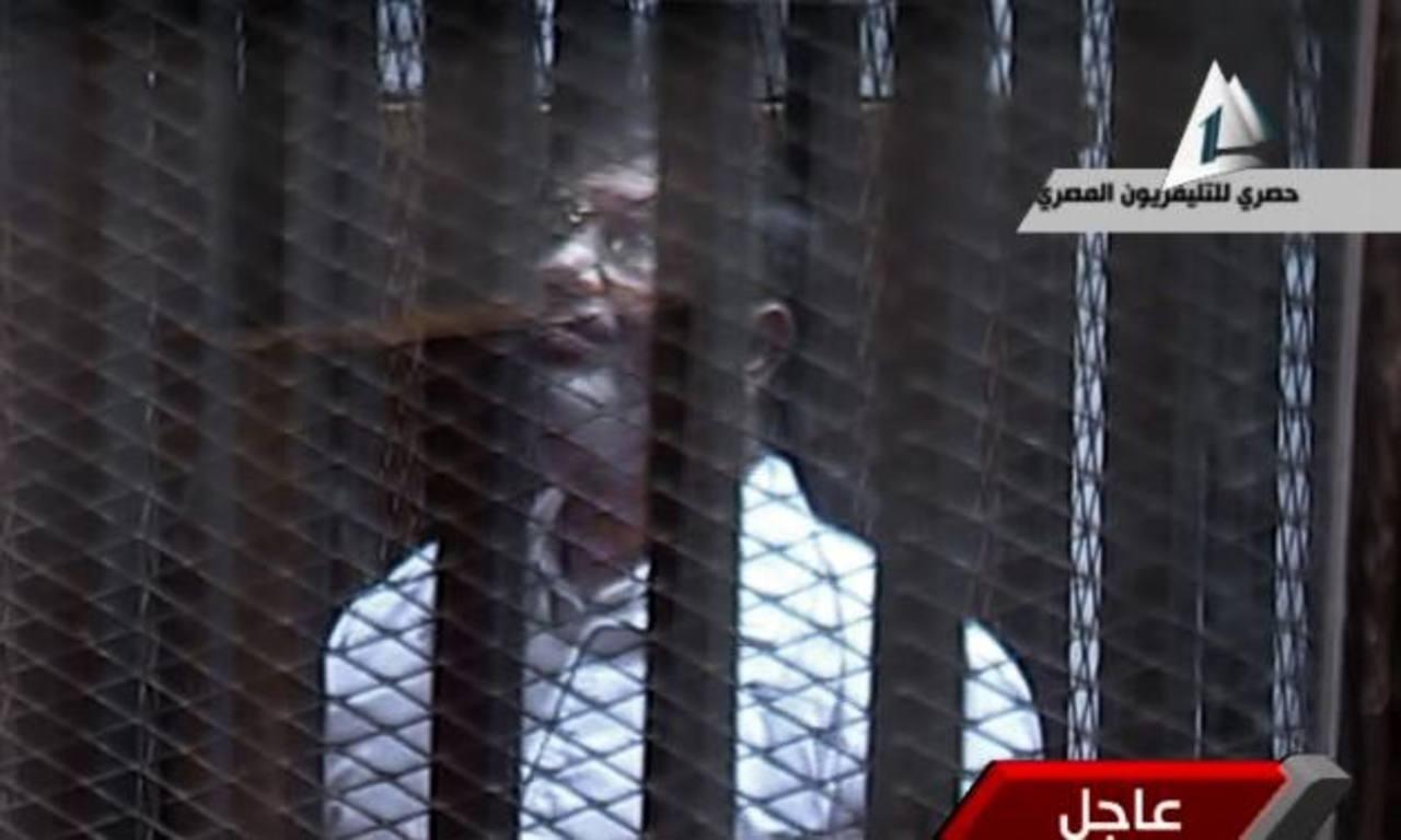 El derrocado presidente egipcio Mohamed Morsi compareció este martes en un nuevo juicio. Foto/AP