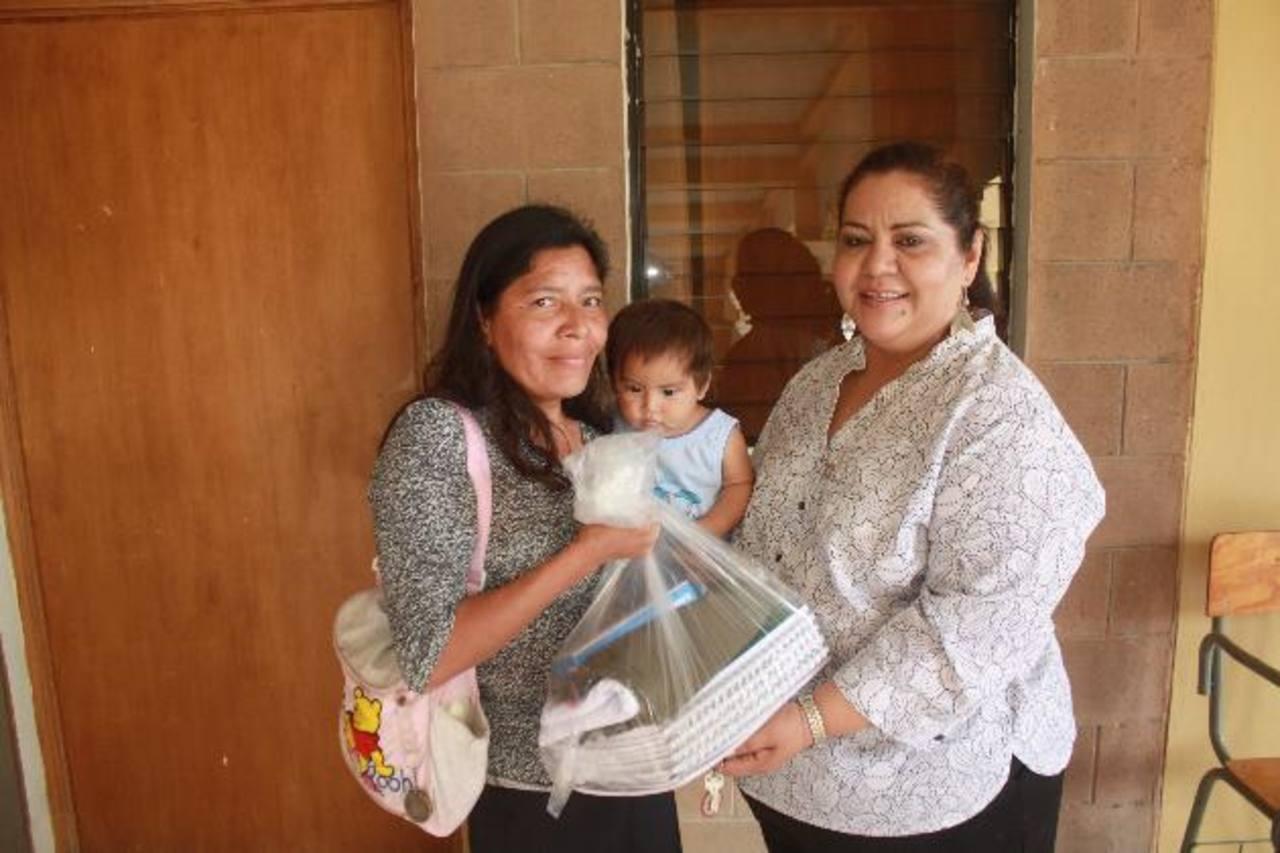 Los paquetes escolares fueron entregados por Leticia de Jesús Hernández, alcaldesa de El Carmen. Foto EDH /Cortesía