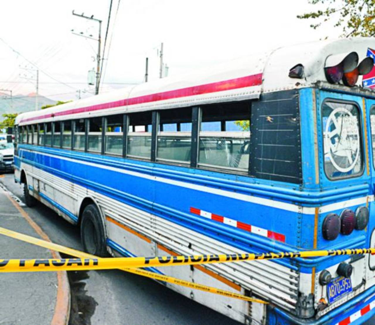El conductor del bus trasladó a las víctimas hacia el puesto de socorro de la Cruz Roja, en Apopa. Foto EDH / Jaime Anaya