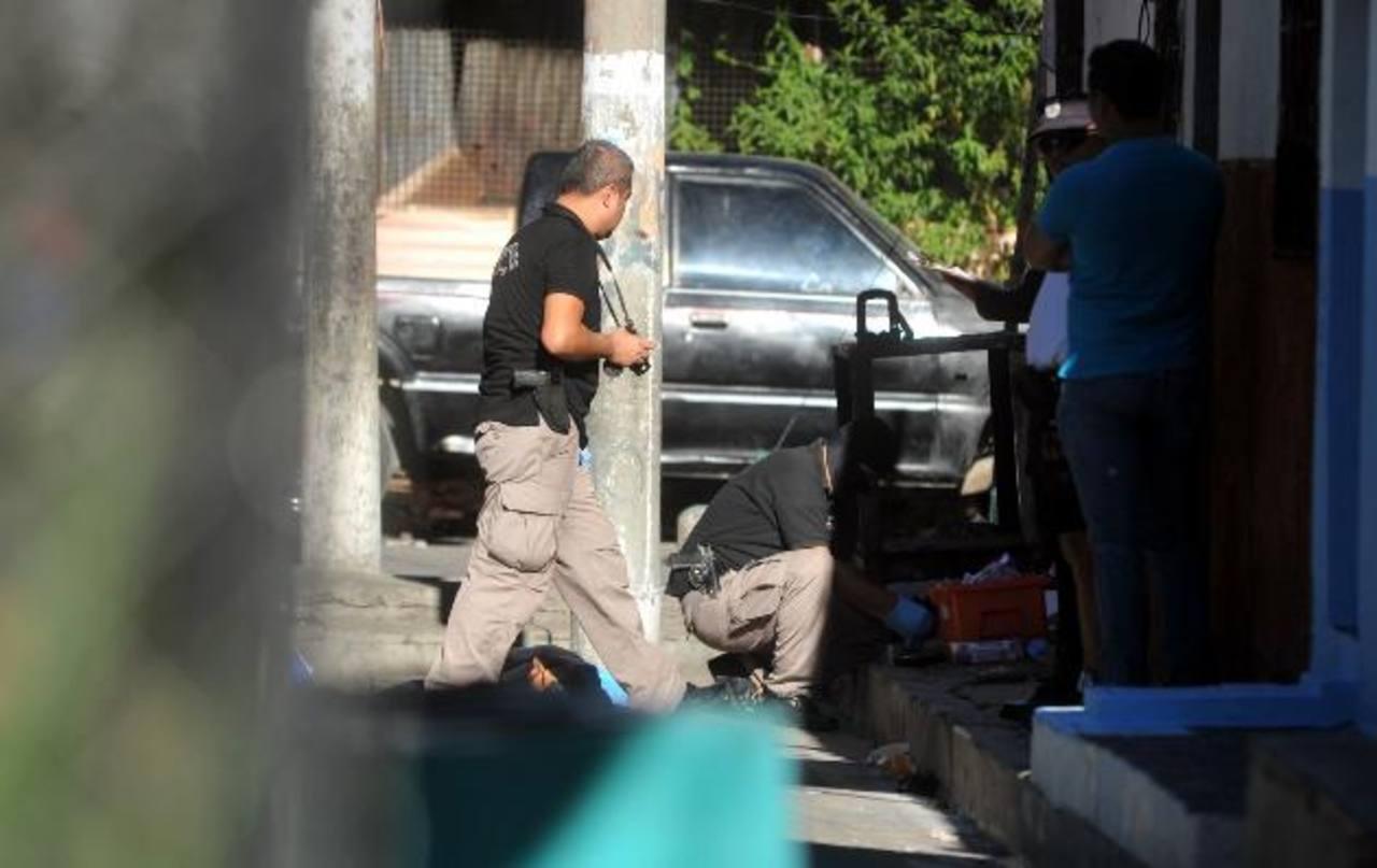 """Josué Ticas, alias El Marciano, era pandillero de la 18. Tenía un tatuaje que decía """"Mis Ojos lloran por ti Carolina"""". Fue acribillado en la colonia Jardines de Don Bosco. Foto EDH / Éricka Chávez"""