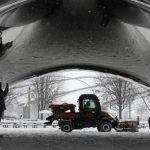 La gruesa capa de nieve cubre los asientos y una estructura de acero de Millenium Park, en Chicago . foto edh / AP