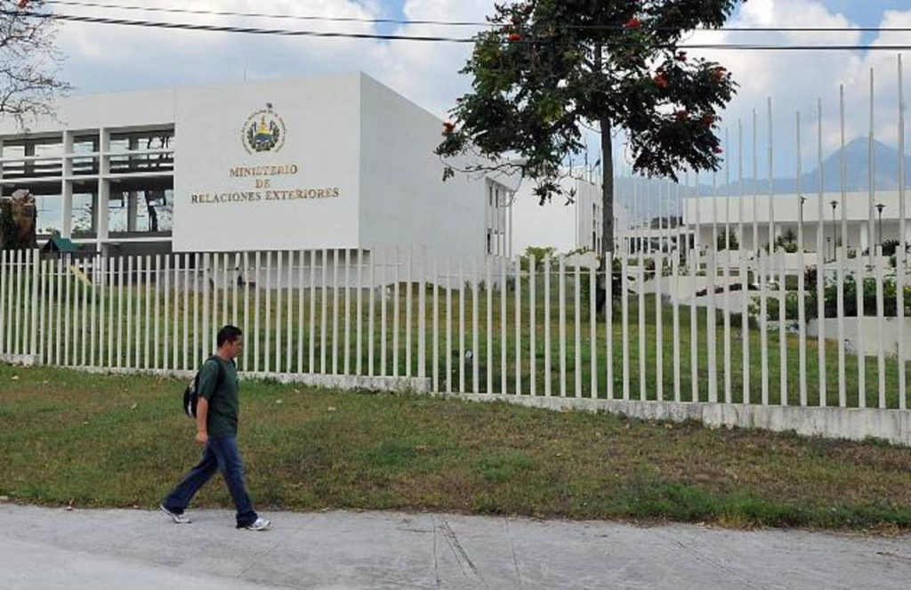 Una hija del candidato Sánchez Cerén trabaja en Cancillería desde el inicio del gobierno de Funes.