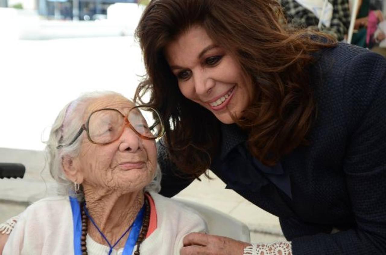 """María Elena Andaluz, de 104 años de edad, recibió una medalla como """"Ciudadana de Oro"""" de manos de Olga Miranda."""