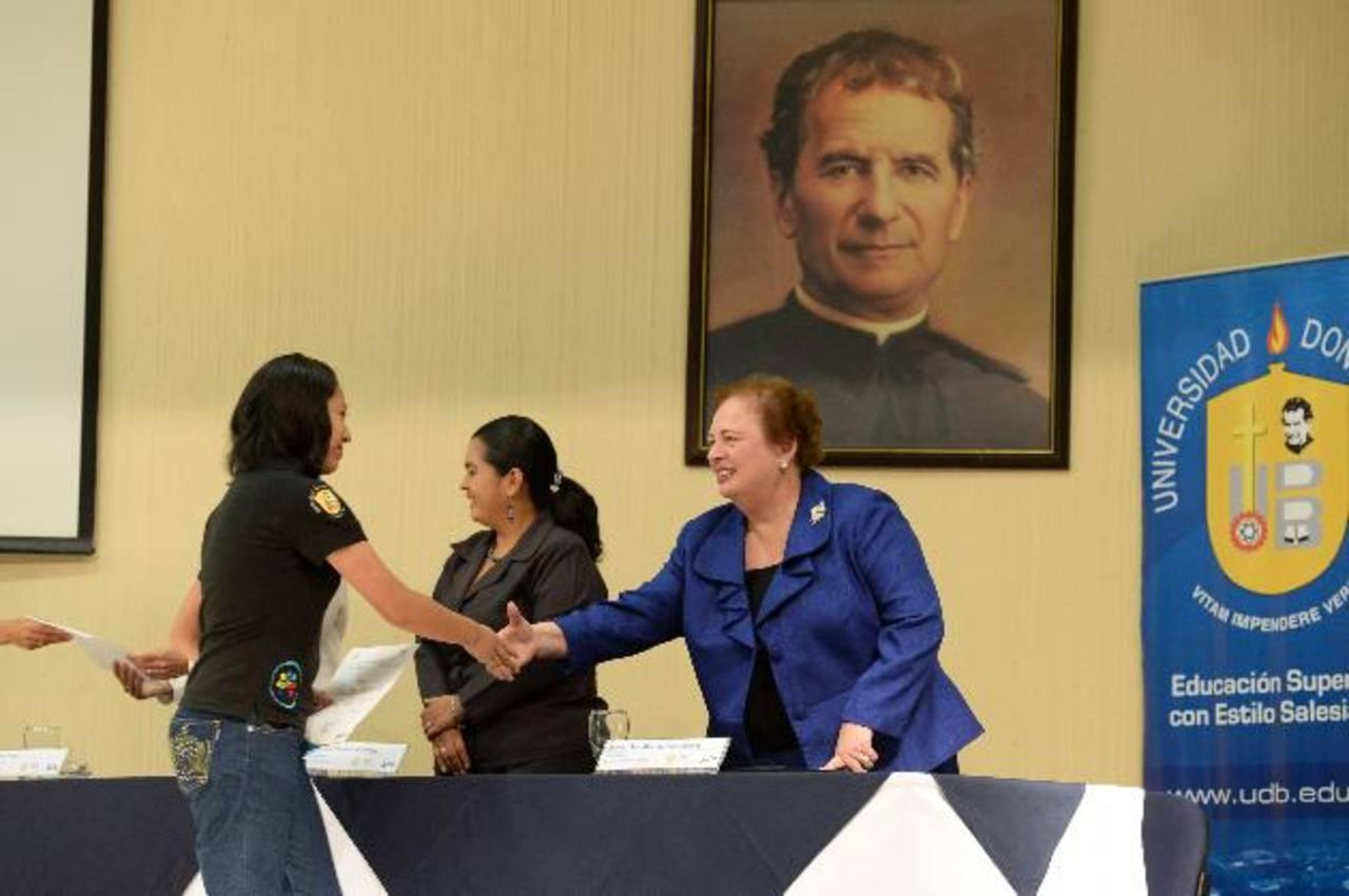 Mari Carmen Aponte, embajadora de Estados Unidos y autoridades académicas de la Universidad Don Bosco, presidieron los actos de graduación.foto edh / Omar carbonero
