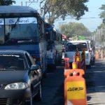 Las obras en el segundo tramo del Sitramss se retomaron esta semana. En horas pico, el retorno hacia Soyapango es cerrado, lo que complica aún más el tránsito vial. Foto EDH / Omar Carbonero