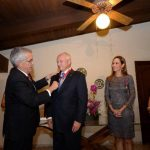 El embajador de Chile, Renato Sepúlveda Nebel, impuso las condecoraciones a en grado de Comendador a Carlos Araujo Eserski, presidente del Banco Azul; y en grado de Oficial, a la presidenta de Fundación DTJ, Claudia Umaña. A la derecha, les acompaña