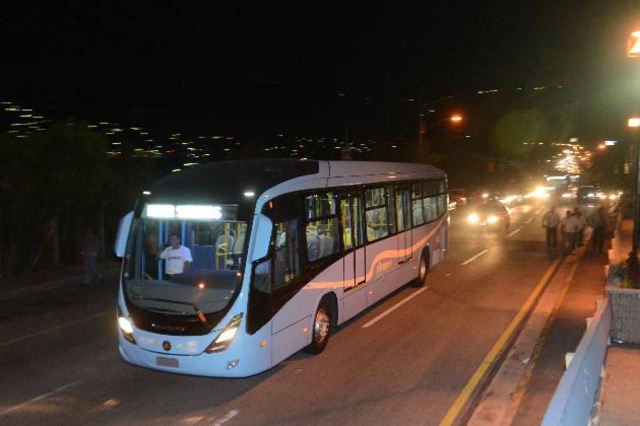 El miércoles llegaron al país, desde Brasil, los primeros seis buses que usarán en el Sitramss. Foto EDH / Miguel villalta