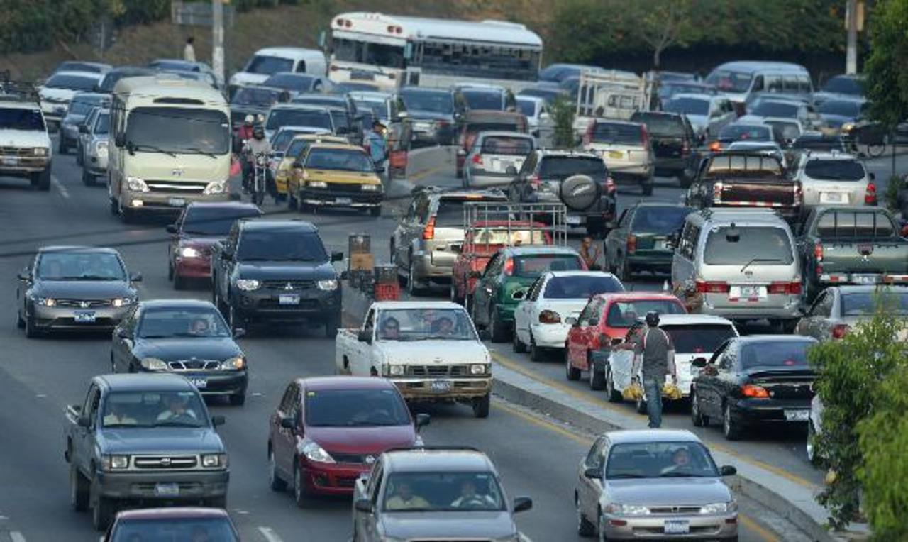 En la avenida Vista Hermosa y autopista a Comalapa frente al Rancho Navarra es una de las zonas más críticas para los automovilistas. A diario se reportan asaltos en ese semáforo. Foto EDH / Marvin Recinos