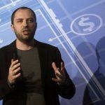 El presidente ejecutivo de WhatsApp, Jan Koum, quiere ampliar el atractivo del servicio para alcanzar 1,000 millones de usuarios.