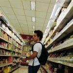 Una persona realiza sus compras en un supermercado en Sao Paulo, ene 10 2014. La economía de Brasil terminó el 2013 en un tono positivo gracias a las inversiones y a un fuerte gasto del consumidor.