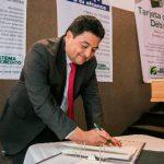 Macario Armando Rosales, presidente de Fedecrédito, en la firma de constitución de dos nuevas aseguradoras.