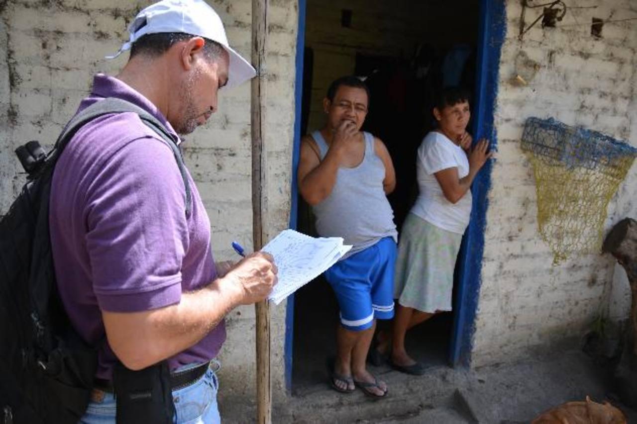 Personal del Ministerio de Salud visitó ayer las viviendas ubicadas en zonas de riesgo por deslave. Foto edh / carlos segovia