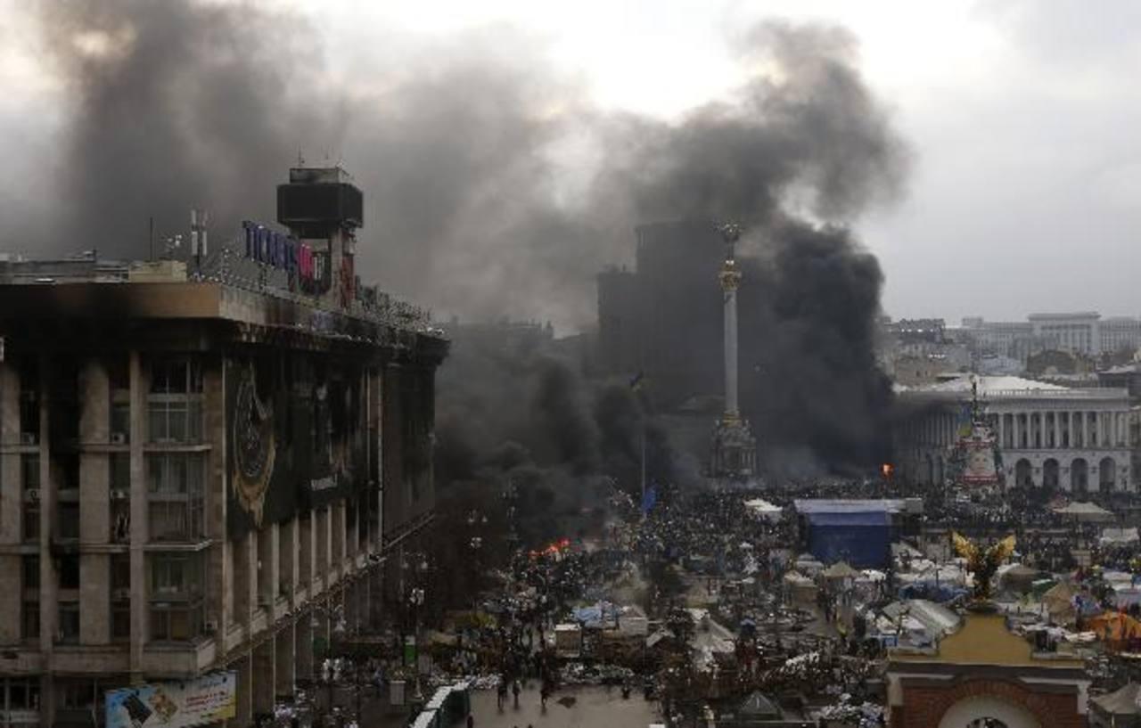Vista panorámica de la Plaza de la Independencia, ayer, durante las protestas contra el Gobierno en Kiev. foto edh /ReutersEl vestíbulo de un hotel en Ucrania sirve de morgue para las víctimas de los enfrentamientos. foto edh /Reuters