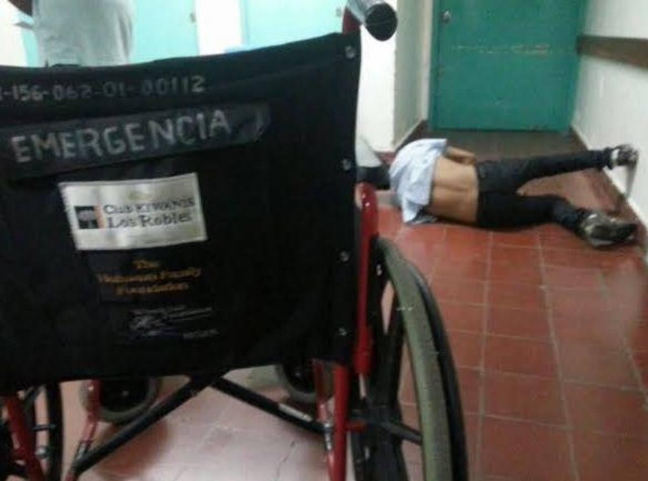 El joven tuvo que esperar dos horas y media para ser atendido en el hospital Zacamil, pero por presión de otra persona. Foto tomada del Facebook Nurya Melara