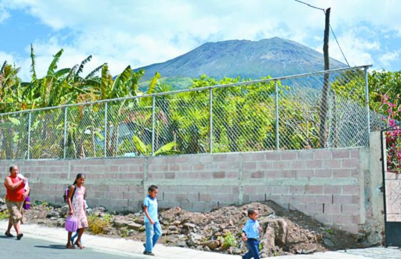 Las familias de comunidades del volcán siguen viviendo en zozobra porque la actividad del coloso sigue alta. Militares están cerca para apoyarlos. foto EDH / carlos segovia