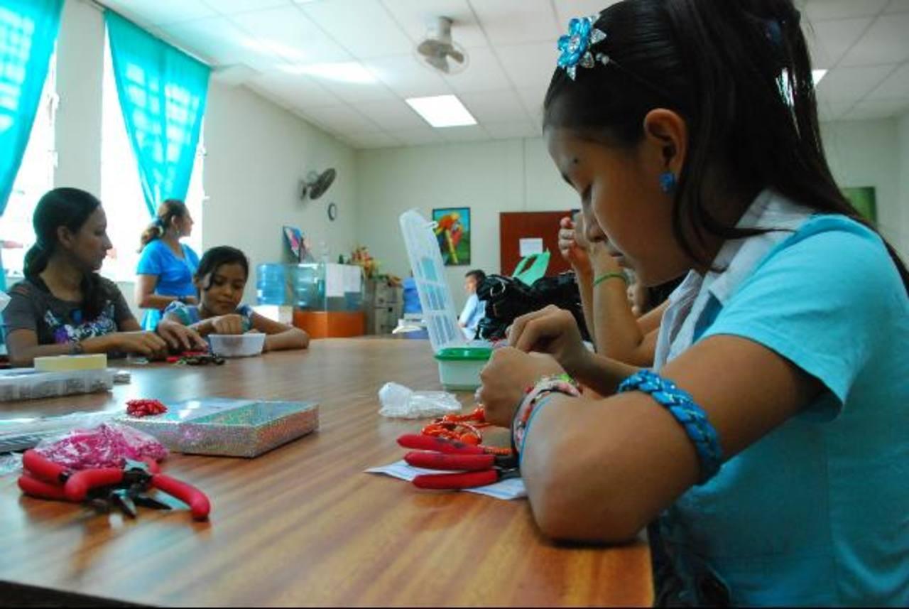 En el curso de dibujo y pintura que tiene la Casa de la Cultura migueleña, hay niños y adultos que gustan de este arte. Foto EDH / archivo
