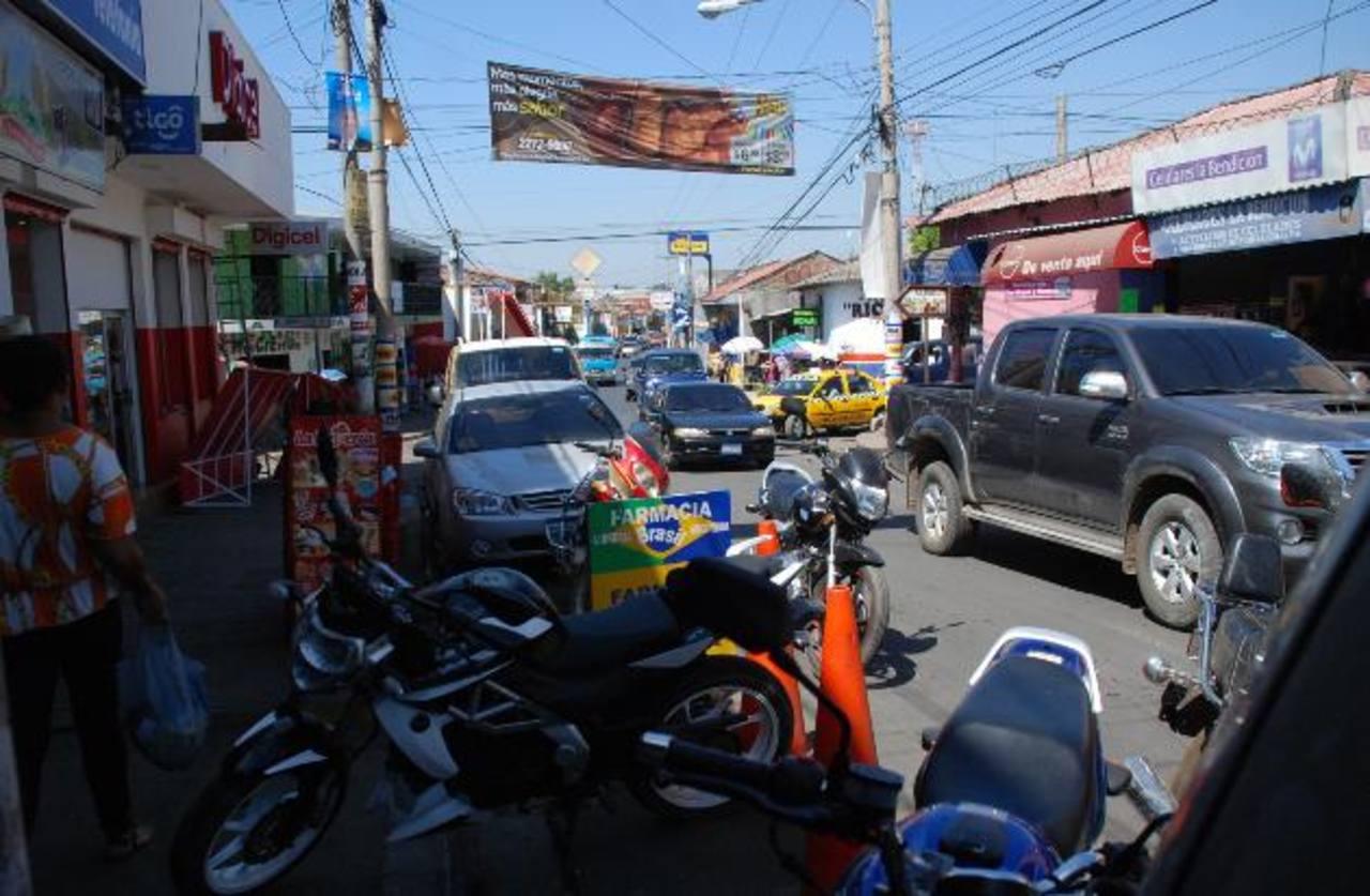 La 1a. Calle Oriente es una de las más transitadas y está llena de obstáculos en las aceras. Foto EDH / Lucinda Quintanilla
