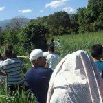 La FGR y PNC procesan escena de homicidio en un cañal del cantón Santa Rosa Quezaltepeque. FOTO EDH Angela Castro, vía Twitter.