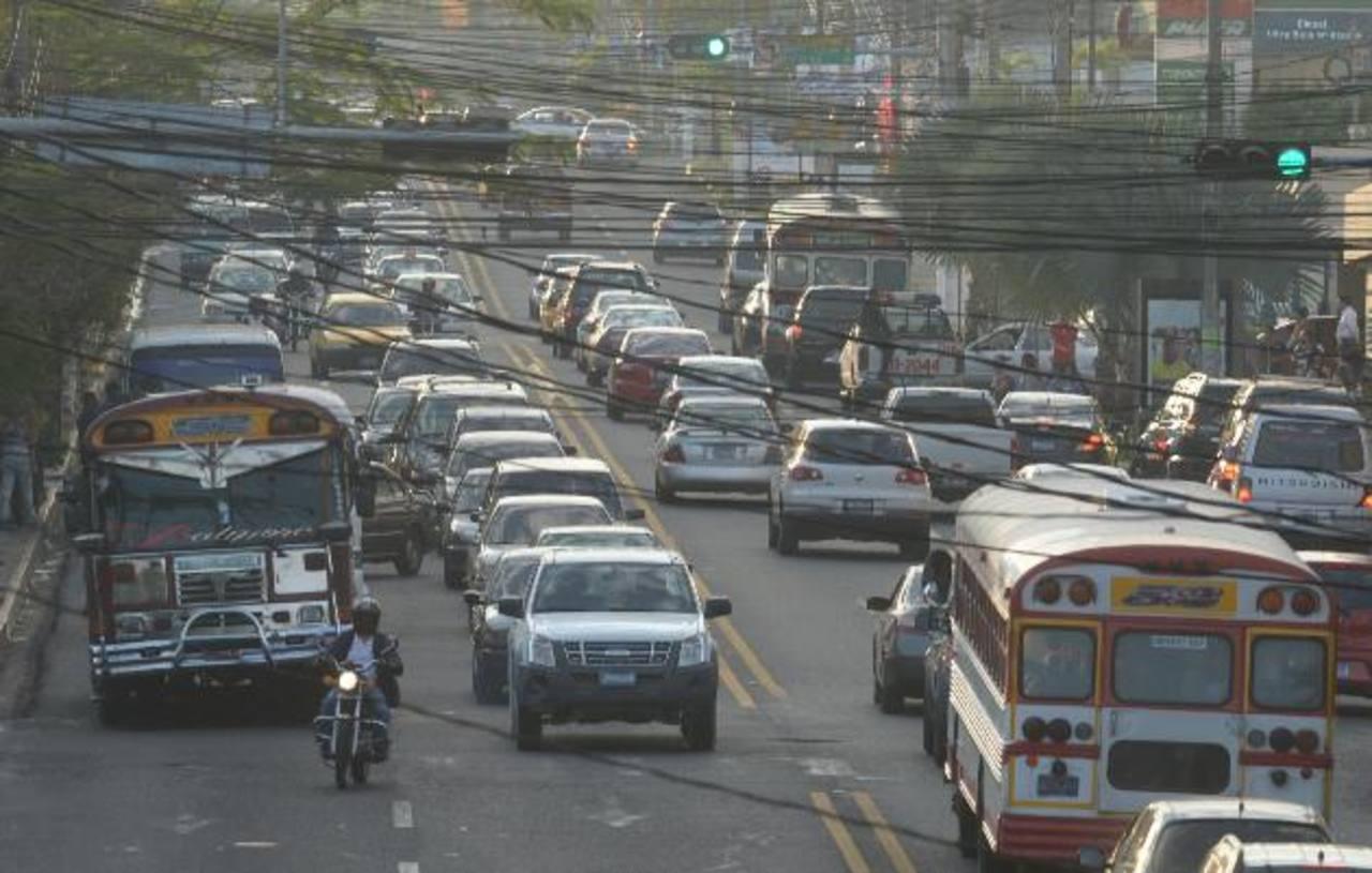 El Paseo General Escalón es una de las rutas más denunciadas por robos. Foto edh /rene estradaEn el bulevar Constitución y la comunidad la Granjita se registran asaltos en el semáforo de la zona. foto edh / René estrada