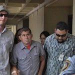 José Salvador Alvarenga se presentó ayer a la conferencia de prensa acompañado de dos hombres, quienes lo ayudaban a movilizarse.