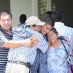 José Salvador Alvarenga, junto a su familia, después de salir del hospital en el que estaba ingresado. Foto Douglas Urquilla