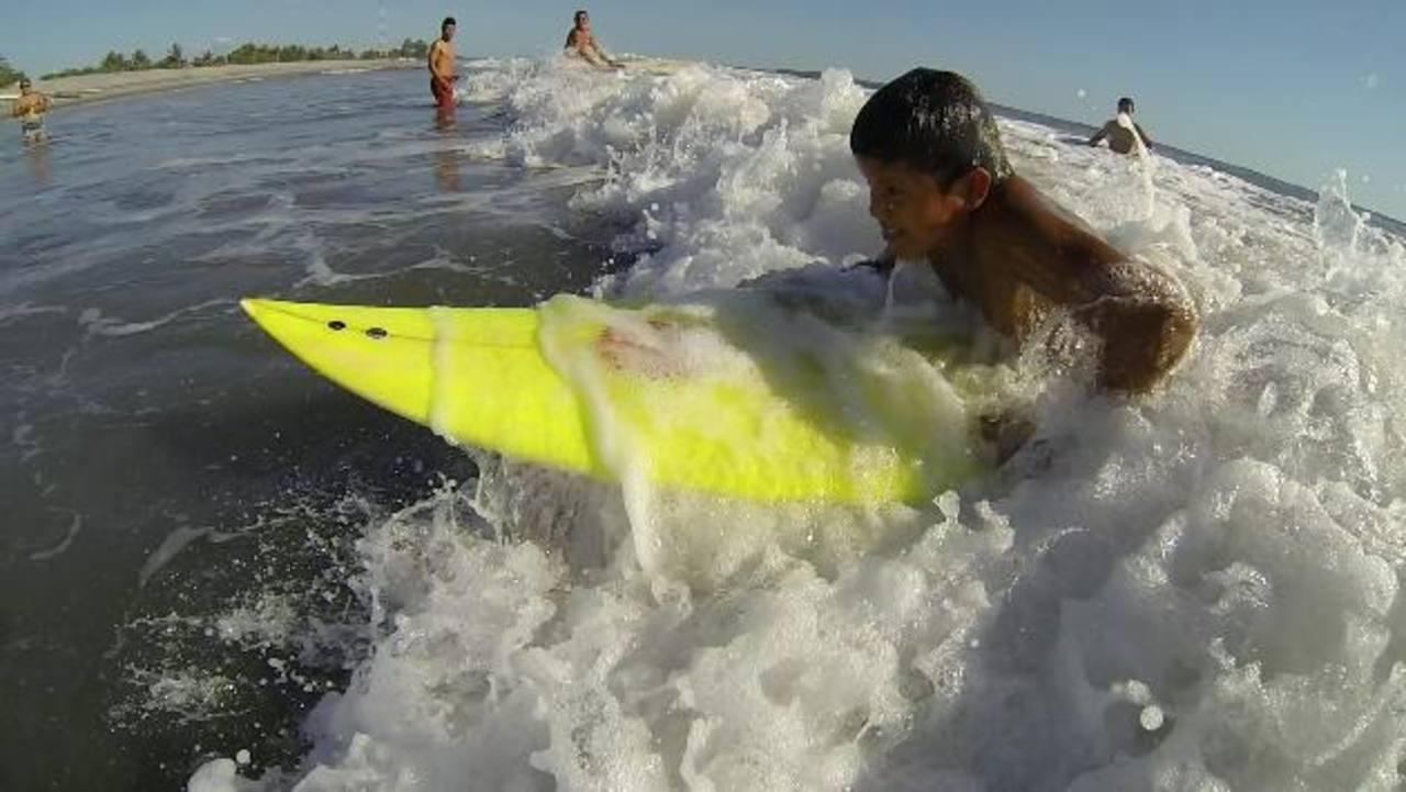 Los niños de El Pimental y su primer clase de surf