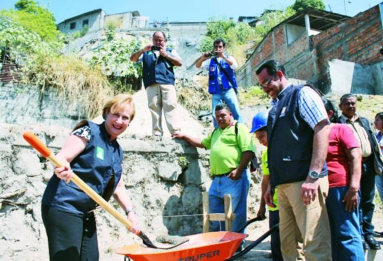 Alcaldesa Gloria Calderón pone la primera piedra en la construcción de un muro de contención. Foto edh / cortesía