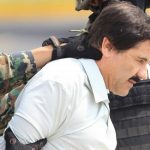 Militares mexicanos momentos en que llevaban arrestado al máximo dirigente del cártel de Sinaloa, Joaquín 'El Chapo' Guzmán. Foto/ Archivo