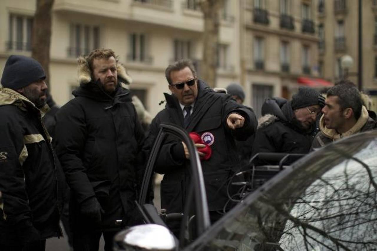 """El actor Kevin Costner atiende algunas indicaciones del director McG (""""Terminator Salvation""""/ 2009)."""