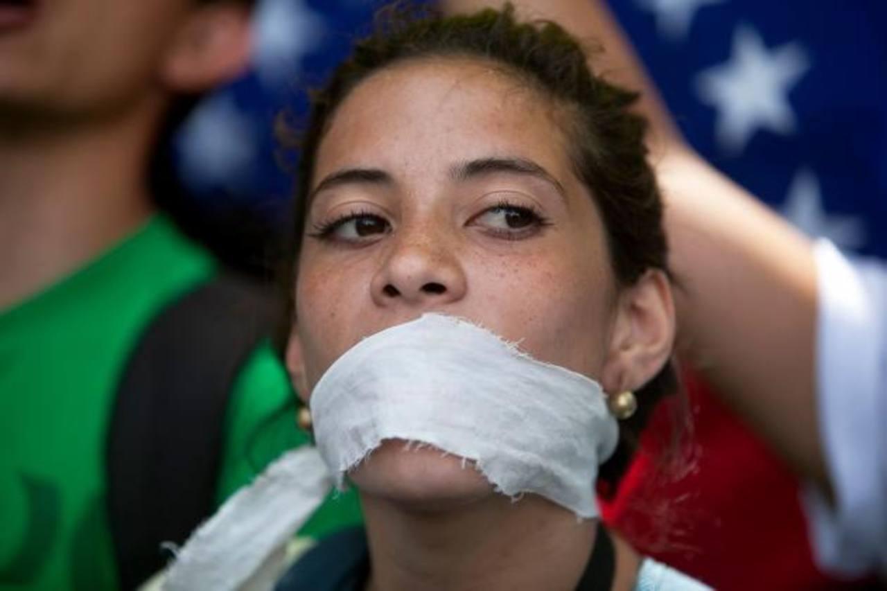 Manifestante venezolana contra la censura del Gobierno de Maduro. Foto AP