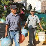 Los afectados de diferentes colonias se las ingeniaron para abastecerse de agua potable. Foto EDH / Roberto Zambrano