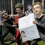 Artistas representan a Dilma Rousseff dando a Snowden un pasaporte brasileño.
