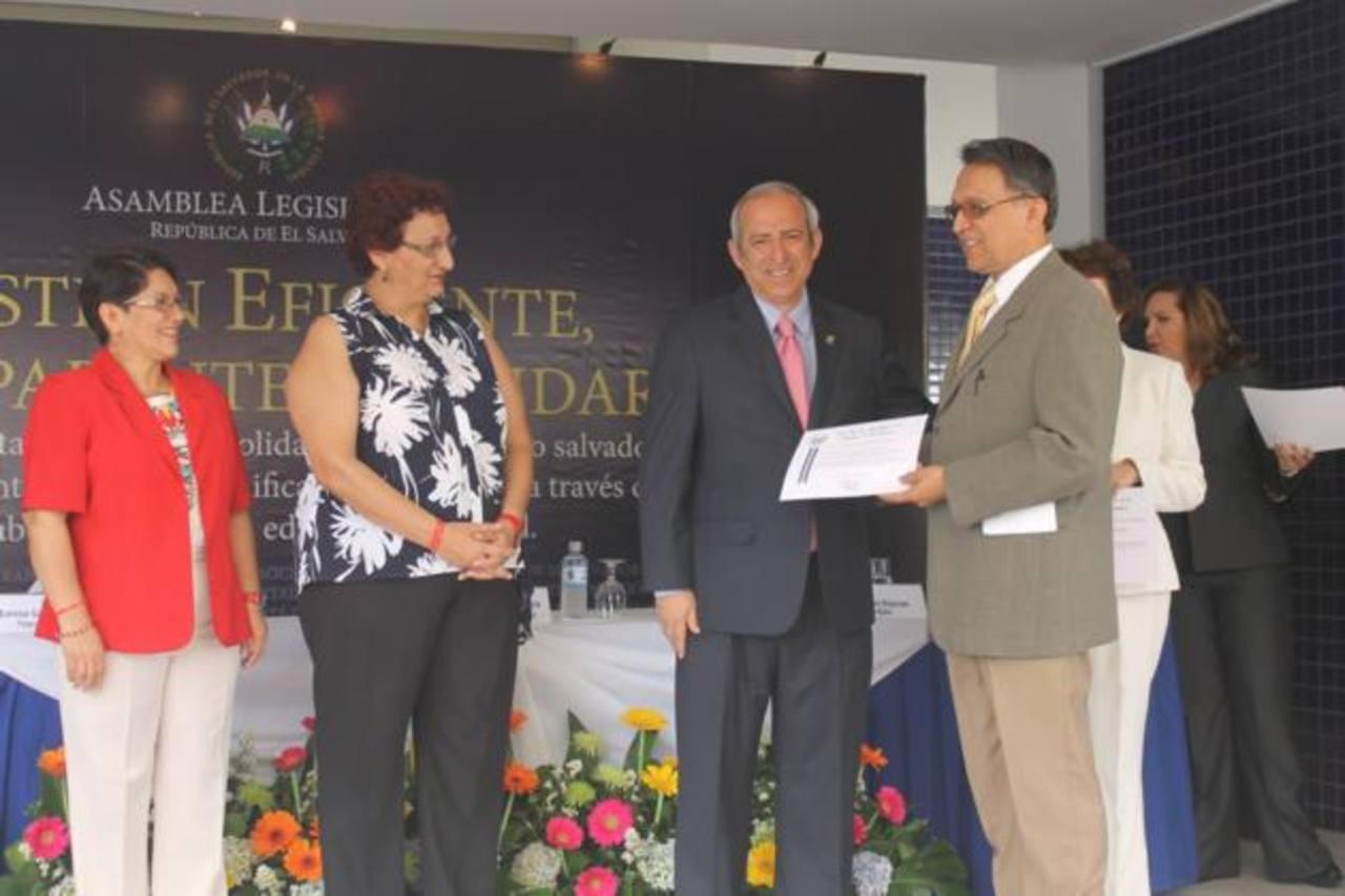 Aunque los donativos los entregaron en nombre de la Asamblea Legislativa, fue el FMLN quien abanderó la actividad.