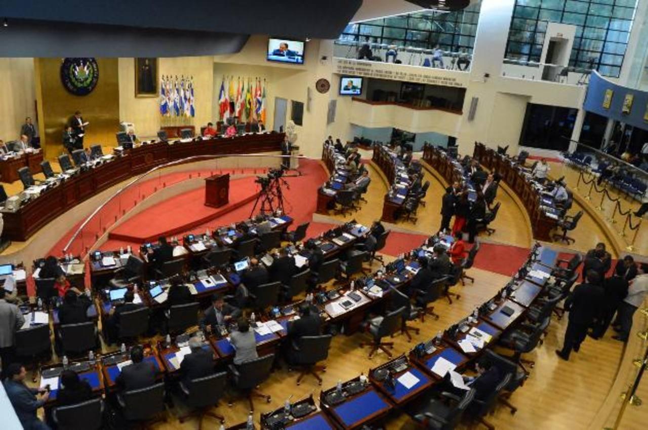 Los diputados realizaron ayer una plenaria especial para leer el informe. Foto EDH