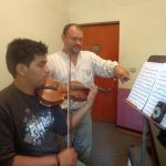 Sueño de joven talento del violín podría romperse por falta de fondos
