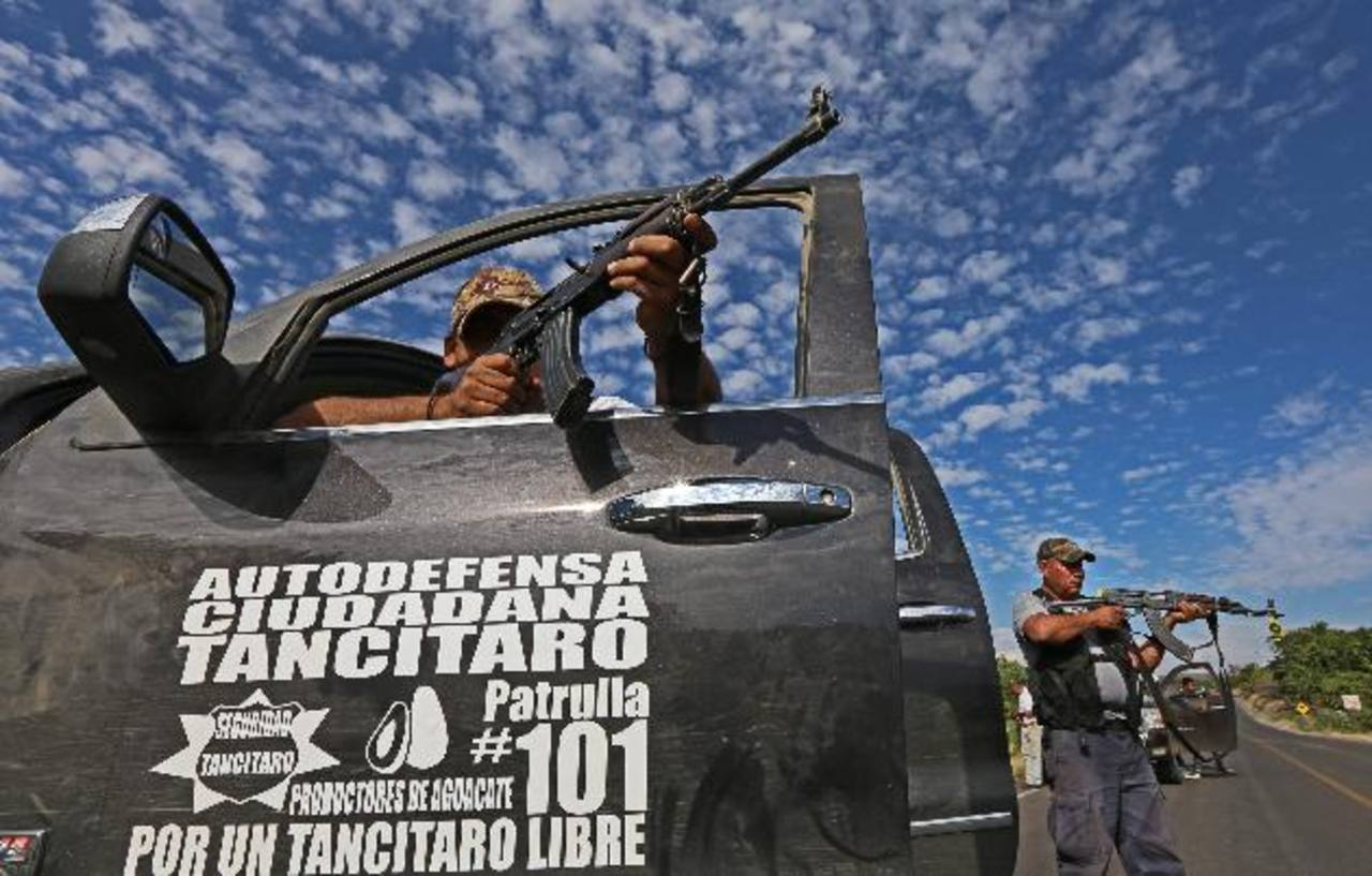 Los autodefensas durante un enfrentamiento en la población de Nueva Italia, Michoacán. Foto EDH / efe