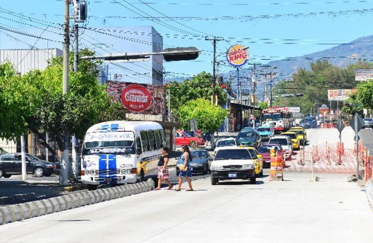 Los conductores usan el carril del Sitramss y muchos peatones se exponen a ser arrollados. Foto EDH / César Avilés