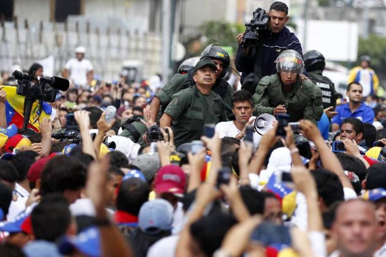 Líder opositor Leopoldo López es trasladado a un tribunal