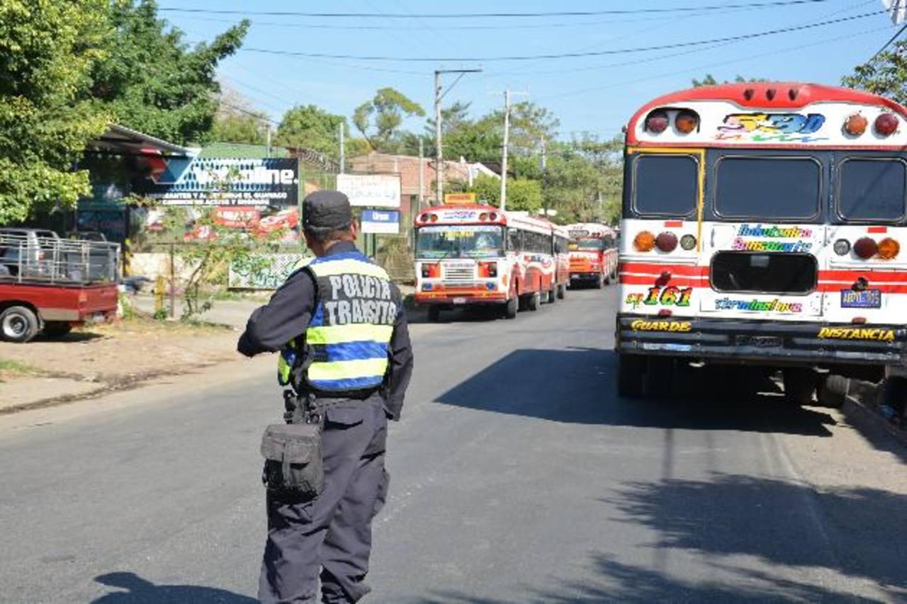 Motoristas denunciaron a pandilleros por el ataque contra un bus en la Ruta de Las Flores.