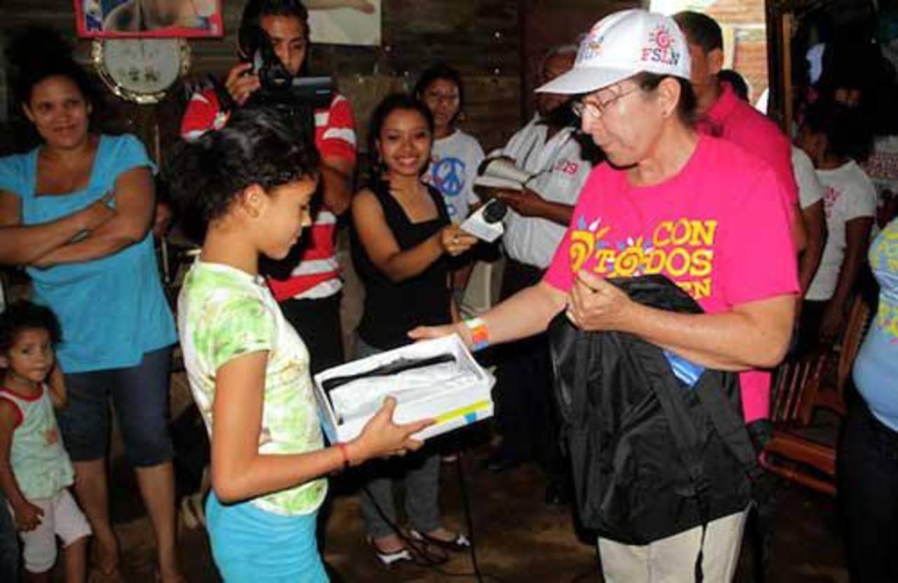 Imagen de archivo de la entrega de paquetes escolares en un barrio capitalino de Nicaragua. foto edh / internet