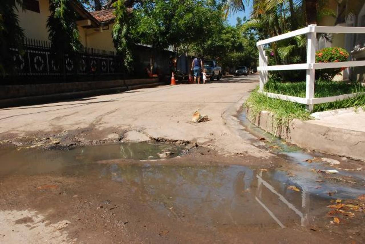 Los vecinos piden a la Anda que les apoye con el cambio de tubería o que al menos regulen la presión. Foto EDH / i, Mendoza