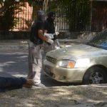 Investigadores inspeccionan vehículo en el que detenidos transportaban la droga decomisada. Foto EDH / Éricka Chávez