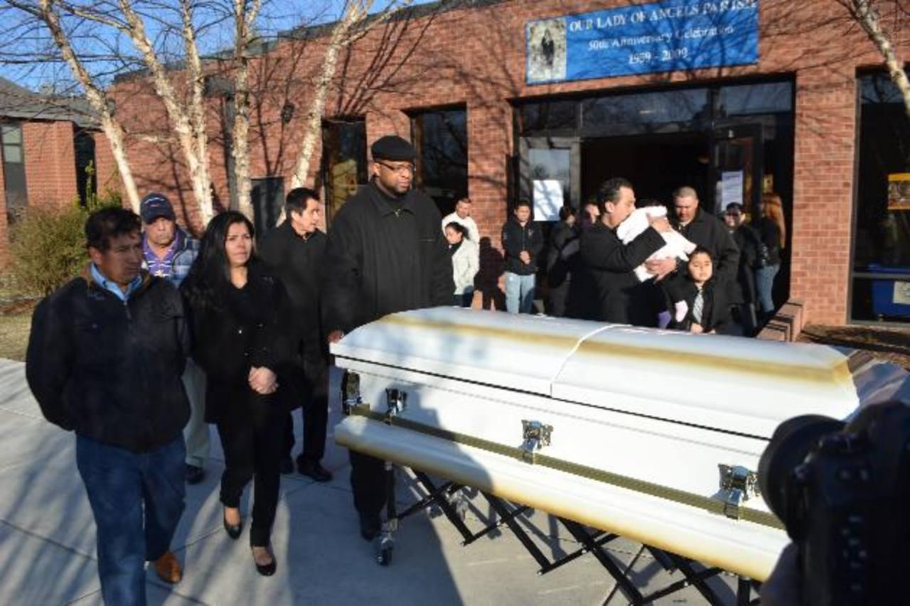 En una emotiva ceremonia de despedida, familiares y amigos de la joven Glenda Marisol Coca Romero, la despidieron durante una misa en Virginia. Foto EDH / Tomás Guevara.
