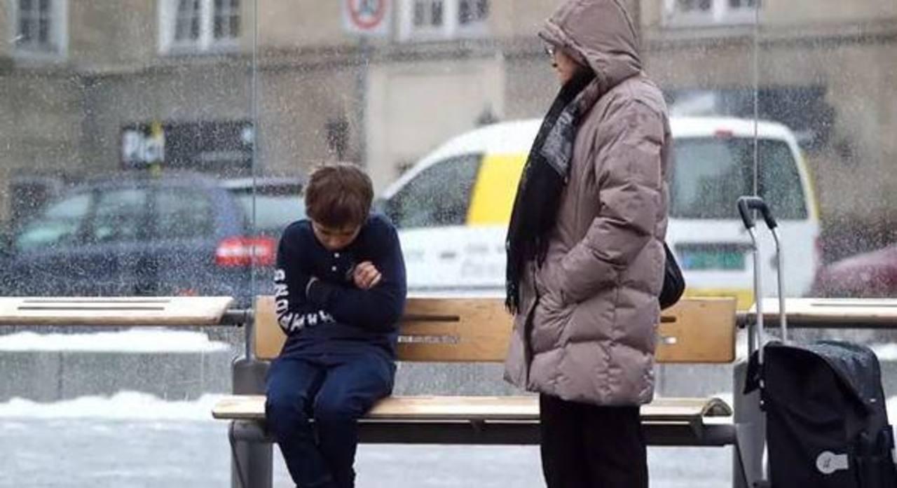 Video: ¿Qué harías si ves a un niño pasando frío en la calle?
