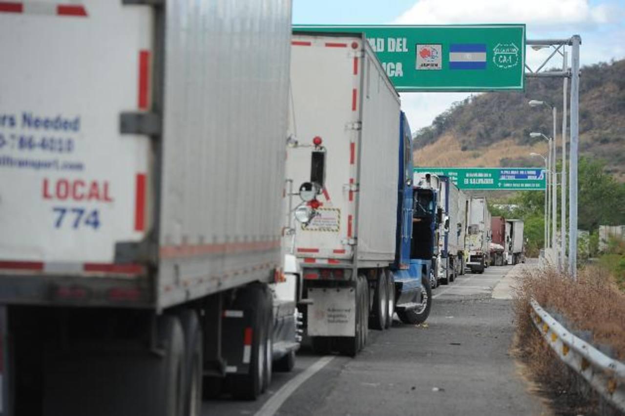 Los inconvenientes generados en las aduanas a raíz del cobro de los $18 ha ocasionado millonarias pérdidas a los empresarios centroamericanos. foto edh /Marlon Hernández