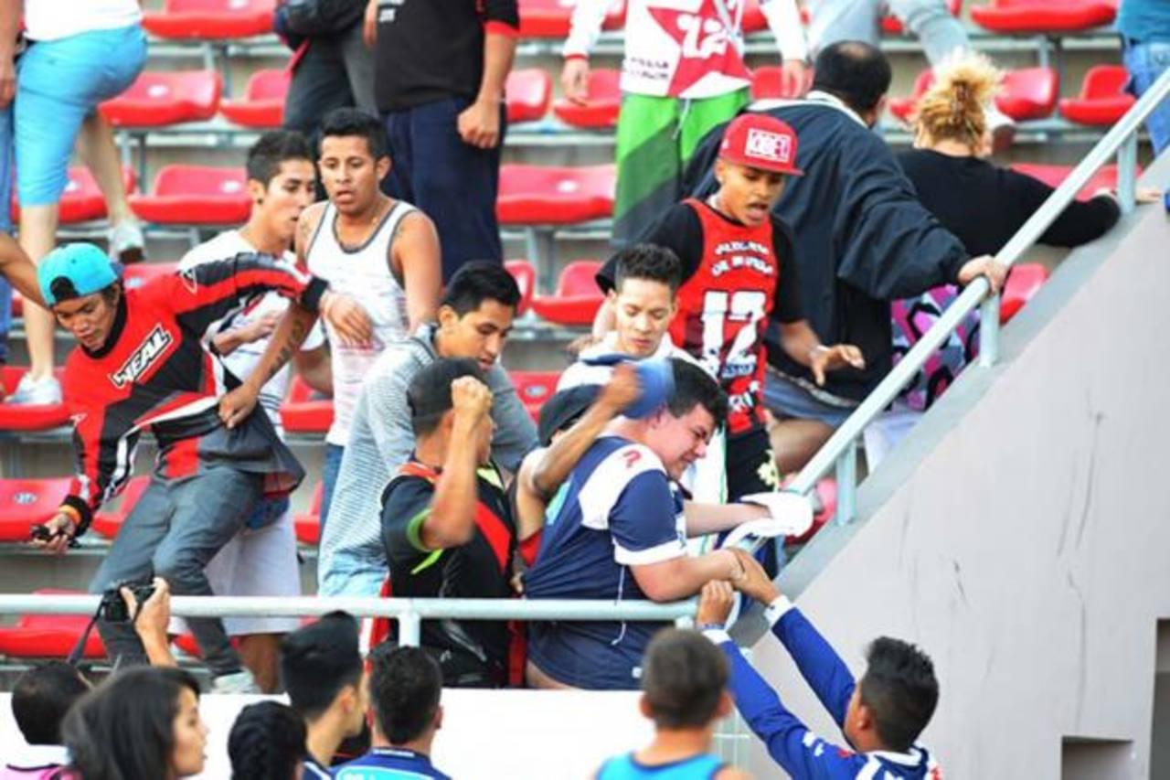 """Disturbios ocasionados por """"La Doce"""", afición de Liga Deportiva Alajuelense, en el Estadio Nacional. Foto EDH / internet"""