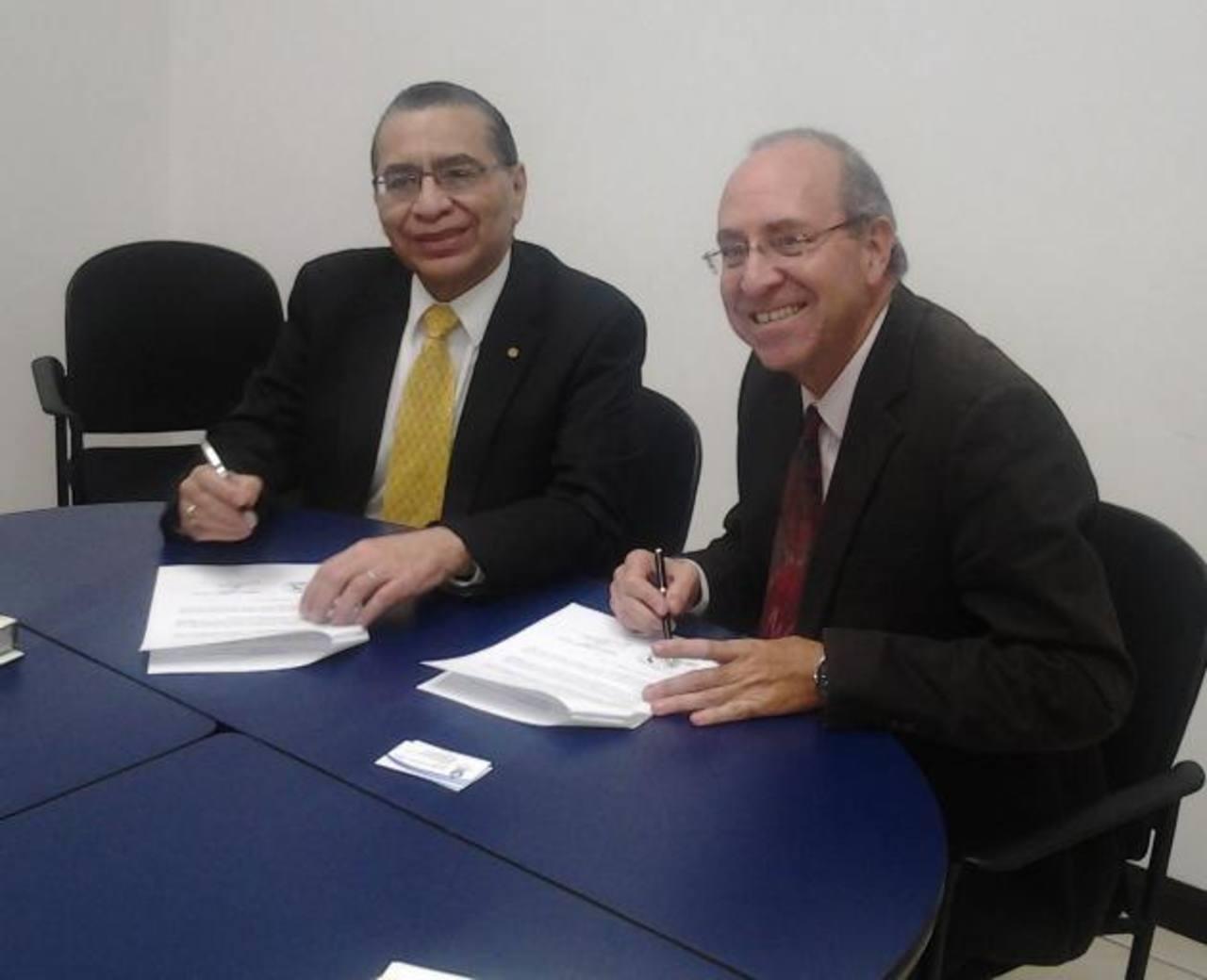 Mario Ruiz, rector de la Universidad Francisco Gavidia (Izq) y Eduardo Sibaja del CENAT de Costa Rica. Foto EDH /Cortesía