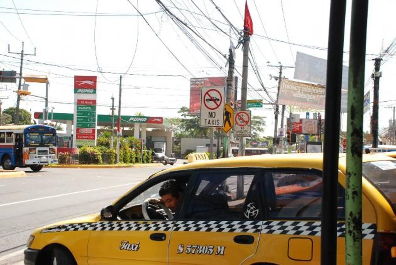 Los taxistas, por años han laborado en puntos ilegales. Hasta ahora están trabajando en ordenar. foto edh / Insy Mendoza